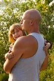 父亲拿着他的他的胳膊的小女儿 日父亲s 库存照片