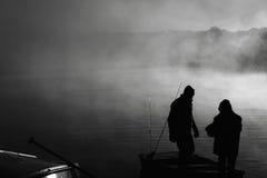 父亲捕鱼早晨儿子行程 免版税库存图片
