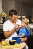 父亲提供的儿子 免版税图库摄影