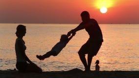 父亲摇摆的女儿剪影用在日出的人工 影视素材