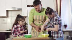 父亲教他的女儿,与唐氏综合症,如何适当地摩擦在磨丝器的夏南瓜 股票视频