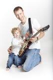 父亲教他的儿子弹电吉他 库存图片