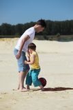 父亲橄榄球运动沙子儿子 免版税库存照片