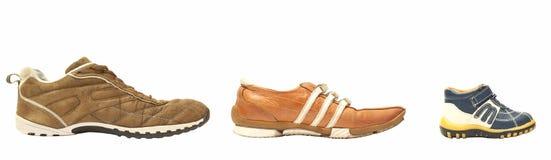 父亲母亲穿上鞋子儿子 免版税库存照片