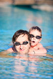 父亲池儿子游泳 图库摄影