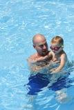 父亲池儿子游泳 免版税库存图片
