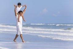 父亲父母男孩儿童家庭海滩乐趣 免版税库存图片