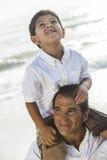 父亲父母男孩儿童家庭海滩乐趣 免版税库存照片