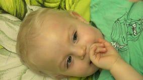 父亲痒感他的婴孩在床上 特写镜头 4K UltraHD, UHD 股票视频