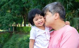 父亲的容忍的女儿和互相亲吻充满爱 亚洲家庭和爱概念 库存照片