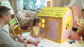 父亲给愉快的小女孩一把钥匙她新的纸板房子 影视素材