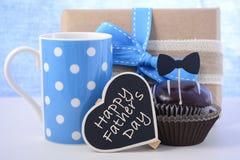 父亲节杯形蛋糕礼物 免版税库存照片