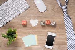 父亲节构成 办公室桌顶视图与键盘、笔记、笔和咖啡的在木书桌背景 免版税库存图片