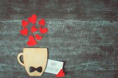 父亲节概念 有弓领带的装饰在木背景的杯和心脏 Copyspace 库存照片