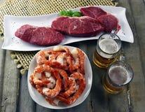 父亲节牛排和虾用工艺啤酒 免版税库存照片