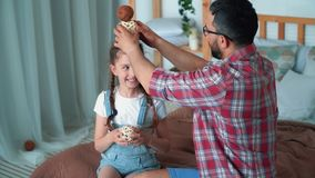 父亲花费与他的女儿的时间,他们使用并且笑,慢动作 影视素材