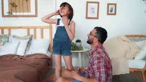 父亲花费与他的女儿的时间,他们使用并且笑,慢动作 股票视频
