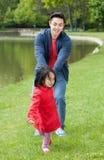 父亲花费他的与她的女儿的业余时间 免版税库存照片