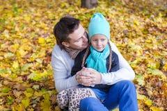年轻父亲获得与他逗人喜爱的女儿的乐趣 免版税库存照片