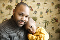 父亲藏品微笑的儿子年轻人 免版税图库摄影