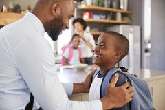 父亲说再见向儿子,他动身去学校 库存照片