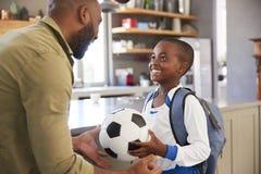 父亲说再见向儿子,他动身去学校 免版税图库摄影