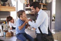 父亲说再见向儿子,他动身去工作 免版税图库摄影
