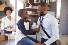 父亲说再见向儿子,他动身去工作 免版税库存图片