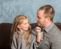 父亲谈话与他的小女孩 免版税库存照片