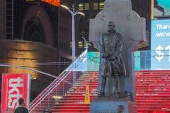 父亲达菲雕象有的路牌时代广场, NYC 免版税图库摄影