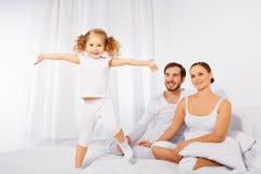父亲,母亲和他们逗人喜爱女儿使用 库存照片