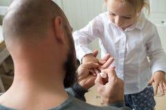 父亲绘画女儿手指钉子 免版税库存图片