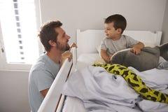 父亲说晚安对儿子在上床时间 库存图片