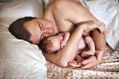 父亲` s胳膊的婴孩 免版税库存图片