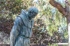 父亲Junipero Serra圣地亚哥雕象在Presidio公园 图库摄影