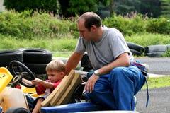 父亲karting的儿子 免版税库存图片