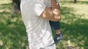 父权概念 年轻父亲和小儿子获得乐趣户外在慢动作 影视素材