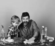 父权概念 有儿子和清洁物品的爸爸 图库摄影
