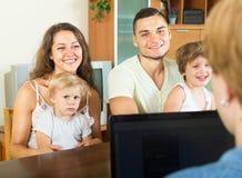 父母、女儿和社会工作者 库存图片