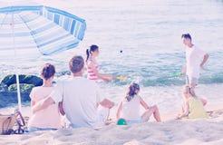 父母和使用孩子海滩的 免版税库存图片