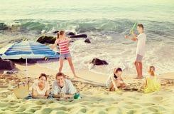 父母和使用孩子海滩的 库存图片