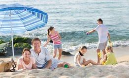 父母和使用孩子海滩的 免版税库存照片