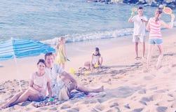 父母和使用孩子海滩的 库存照片