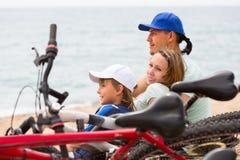 父母和儿子有自行车的 免版税图库摄影