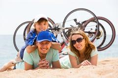 父母和儿子有自行车的 库存图片