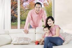 父母和女儿戏剧与玩具 免版税库存图片
