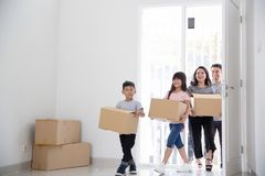 父母和孩子与纸板箱 安置移动新向 免版税库存照片