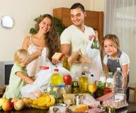 父母和孩子用食物 免版税图库摄影