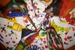 父母和孩子画使一致 库存图片