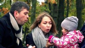 父母和他们的小孩子有休息在秋天公园 从金属保温瓶的饮用的茶 4K steadicam录影 影视素材